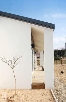 평화로운 분위기의 미니멀 방갈로(Bungalow) 주택- 두 상자 집