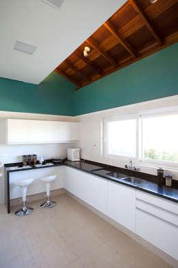 modern Kitchen by Samy & Ricky Arquitetura