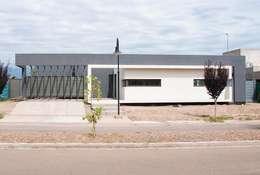 Casa Boedo: Casas de estilo ecléctico por Bonomo&Crespo Arquitectura