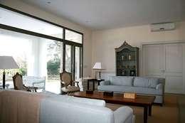 Casa Byrnes: Livings de estilo moderno por Aulet & Yaregui Arquitectos