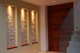 Pasillos y hall de entrada de estilo  por GRUPO VOLTA
