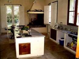 Von Neufforge: Cocinas de estilo colonial por Aulet & Yaregui Arquitectos