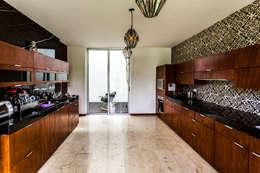La Casa K27: Cocinas de estilo moderno por P11 ARQUITECTOS