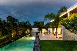 La Casa K27: Albercas de estilo moderno por P11 ARQUITECTOS