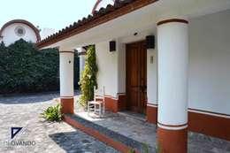 Projekty, kolonialne Domy zaprojektowane przez De Ovando Arquitectos