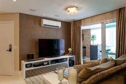 غرفة المعيشة تنفيذ Martins Valente Arquitetura e Interiores