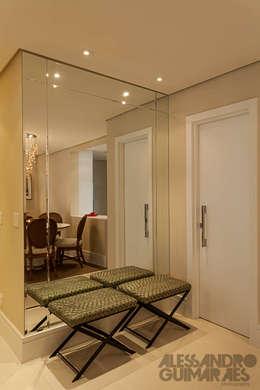 Vestíbulos, pasillos y escaleras de estilo  de Martins Valente Arquitetura e Interiores