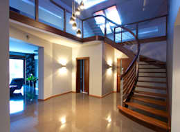 Pasillos y recibidores de estilo  por lifestyle-treppen.de