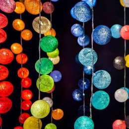 Guirnaldas Luminosas: Paisajismo de interiores de estilo  por ZoeDecco