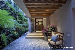 Vestíbulo: Pasillos y recibidores de estilo  por MARIANGEL COGHLAN