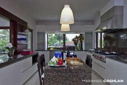 Cocinas de estilo moderno por MARIANGEL COGHLAN