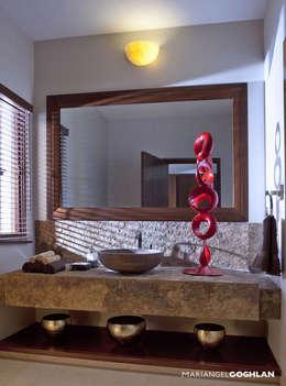 Baños de estilo moderno por MARIANGEL COGHLAN