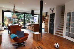 Bertus residency: moderne Woonkamer door Diego Alonso designs