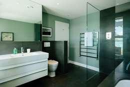 Baños de estilo moderno por Perfect Stays