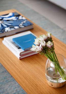 Salas/Recibidores de estilo minimalista por Yamagata Arquitetura