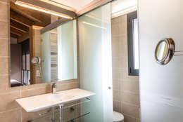 Baños de estilo mediterraneo por Batua Interiores Creativos