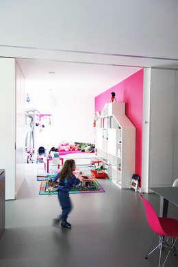 GLOSSY - mobilna ściana: styl , w kategorii Pokój dziecięcy zaprojektowany przez PROSTO architekci