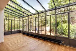 Un Hôtel Particulier à Versailles : Jardin d'hiver de style  par ATELIER FB