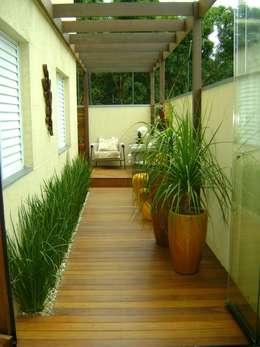Terrazza in stile  di MC3 Arquitetura . Paisagismo . Interiores