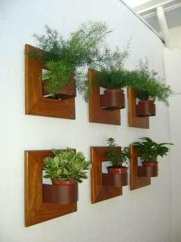 37 buenas ideas para tener tu propio tu jard n vertical for Paredes de madera para jardin