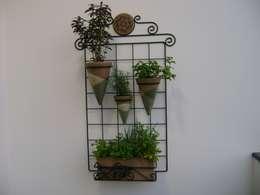 PAISAGISMO: JARDINS VERTICAIS BY MC3: Jardins ecléticos por MC3 Arquitetura . Paisagismo . Interiores