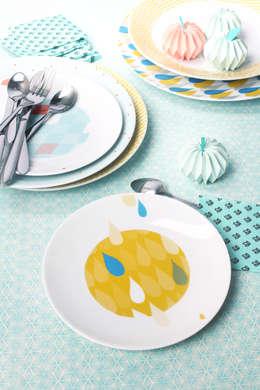 Assiettes plates et assiettes à dessert, diférents coloris et motifs à assortir: Cuisine de style de style eclectique par Petits Grains