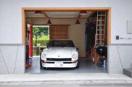 Garajes de estilo moderno por (株)独楽蔵 KOMAGURA