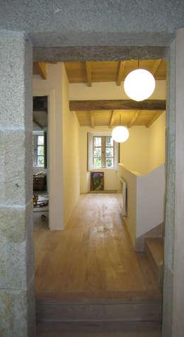 Pasillos y vestíbulos de estilo  por Ezcurra e Ouzande arquitectura
