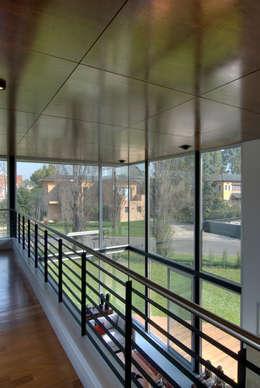Pasillos y recibidores de estilo  por JV&ARQS Asociados