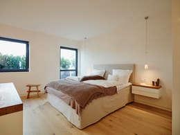 Dormitorios de estilo moderno de HONEYandSPICE innenarchitektur + design