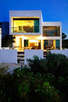 Projekty, nowoczesne Domy zaprojektowane przez LIZZIE VALENCIA arquitectura & diseño