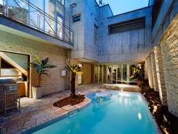 プール: 株式会社 t2・アーキテクトデザイン 一級建築士事務所が手掛けた家庭用プールです。