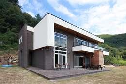하늘과 직선의 매력이 합해진 집 [양평 명달리]: 윤성하우징의  주택