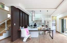 modern Dining room by 윤성하우징