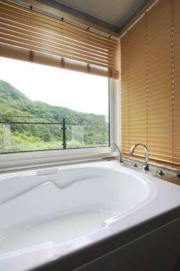 하늘과 직선의 매력이 합해진 집 [양평 명달리]: 윤성하우징의  화장실