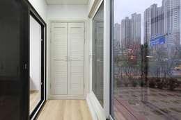 모던 심플한 스타일의 듀플렉스형 주택 [용인 상현동]: 윤성하우징의  베란다