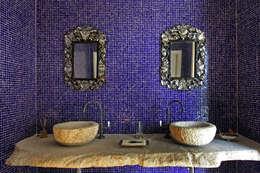 Ванная комната в . Автор – Célia Orlandi por Ato em Arte