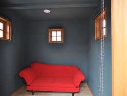2階のバルコニーとコテージ: (株)独楽蔵 KOMAGURAが手掛けたホームジムです。