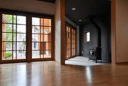 所沢の家: (株)独楽蔵 KOMAGURAが手掛けたリビングです。