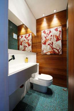 Baños de estilo moderno por Régua Arquitetura