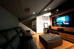 Salas de entretenimiento de estilo moderno por Régua Arquitetura