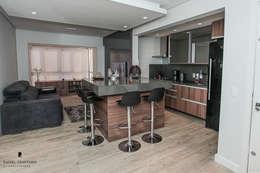 Apartamento ML: Cozinhas minimalistas por Rafael Grantham Arquitetura
