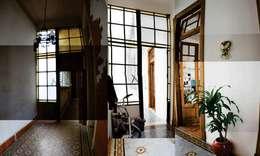 Pasillos y recibidores de estilo  por homify