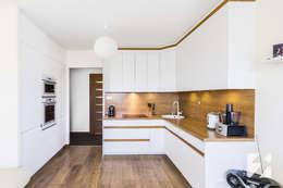 Białe meble na wymiar do kuchni z elementami w kolorystyce drewna: styl , w kategorii Kuchnia zaprojektowany przez 3TOP