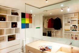 Walk In Closet : Baños de estilo moderno por Redesign Studio