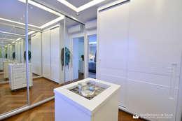 غرفة الملابس تنفيذ Tania Bertolucci  de Souza  |  Arquitetos Associados