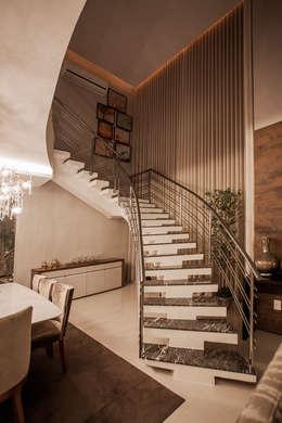 Projekty,  Korytarz, przedpokój zaprojektowane przez Heloisa Titan Arquitetura