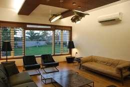 Mr. Ashwin's house: modern Living room by Vipul Patel Architects
