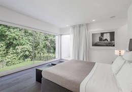 Villa en bordure de forêt: Chambre de style de style Moderne par dl-c, designlab-construction sa