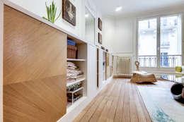 Intervention menuisée autour d'une entrée et d'un séjour : Salon de style de style Moderne par ATELIER FB